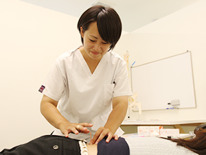 女性鍼灸師写真