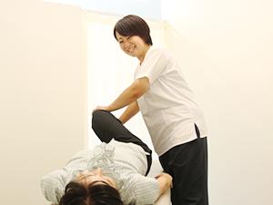 女性施術家による骨盤矯正写真